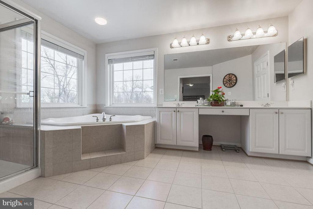 Light and bright owner's bathroom with tile floors - 1644 CHICKASAW PL NE, LEESBURG