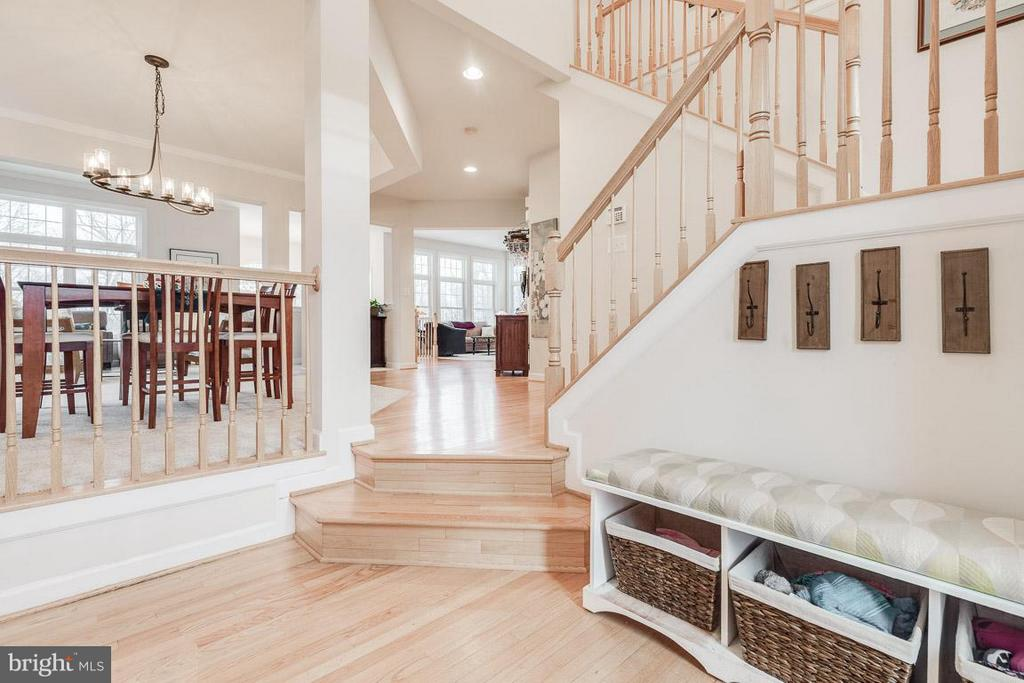Generous foyer  leading to open floor plan - 1644 CHICKASAW PL NE, LEESBURG