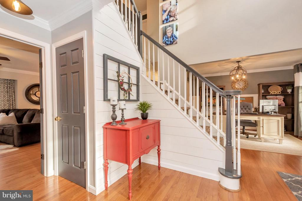 Dual Staircase - 8115 DAVMAR LN, FREDERICKSBURG