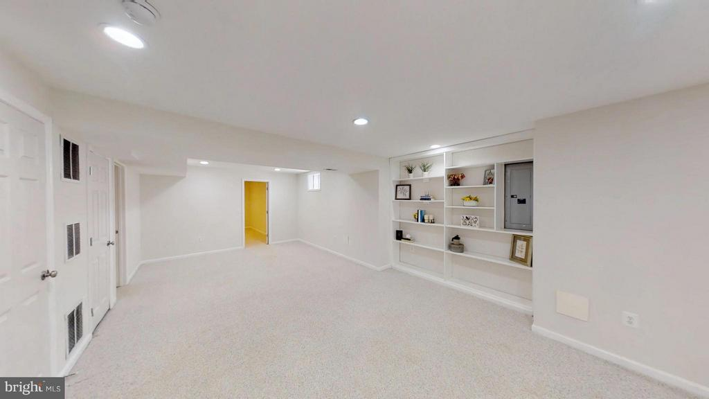 Did I say HUGE Rec Room - 43205 EDGARTOWN ST, CHANTILLY