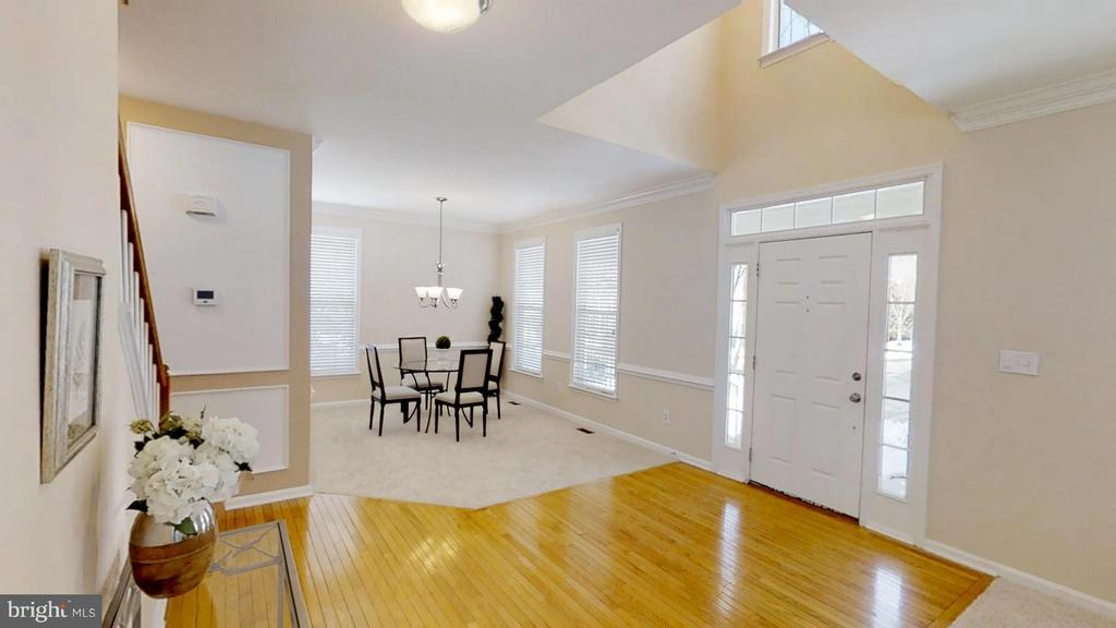 Tasteful Combination of Hardwood and Carpet - 43205 EDGARTOWN ST, CHANTILLY