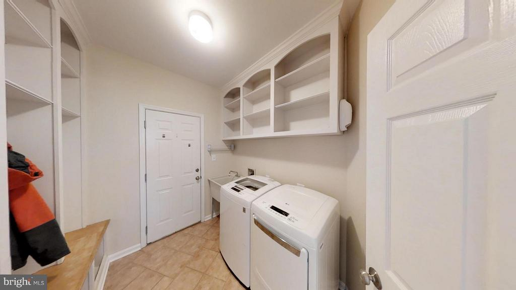 Who's Heard of a Mud Room - 43205 EDGARTOWN ST, CHANTILLY
