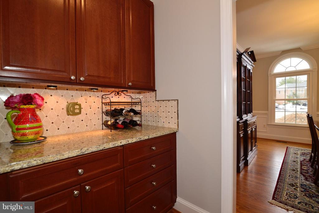 Butler's Pantry with Granite and Custom Tile - 14405 VIRGINIA CHASE CT, CENTREVILLE