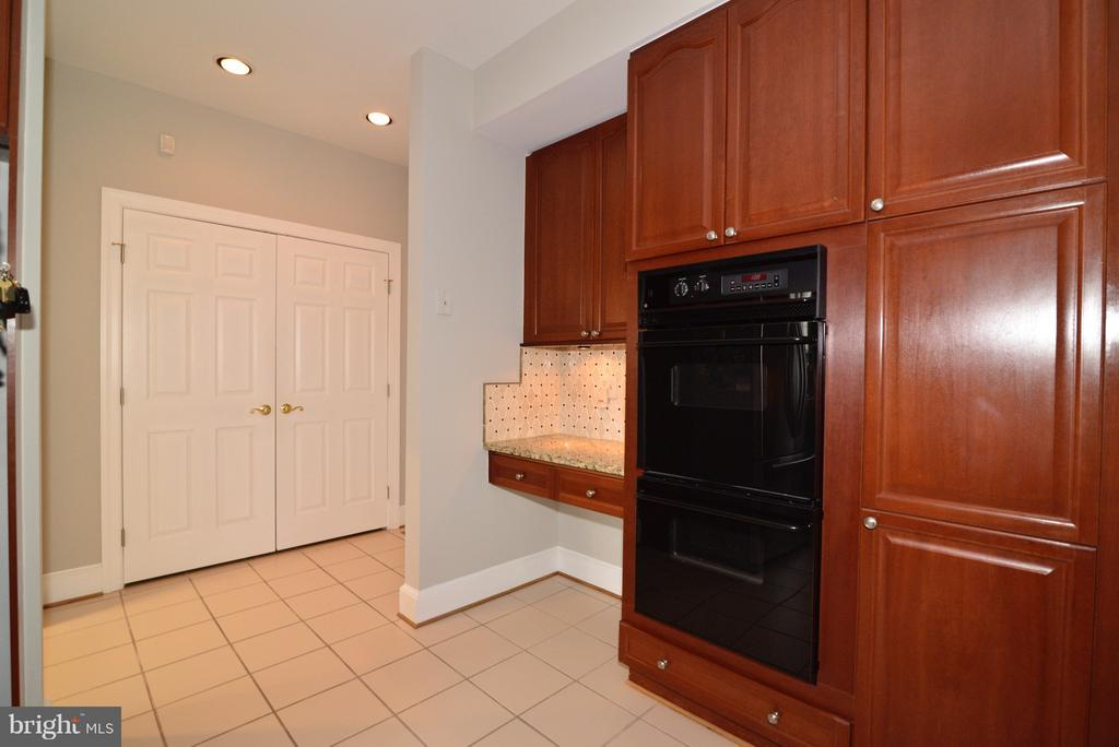 Double Ovens! - 14405 VIRGINIA CHASE CT, CENTREVILLE