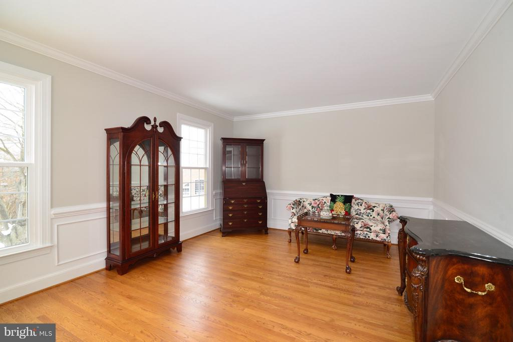 Formal Living Room with Crown Molding and SB - 14405 VIRGINIA CHASE CT, CENTREVILLE