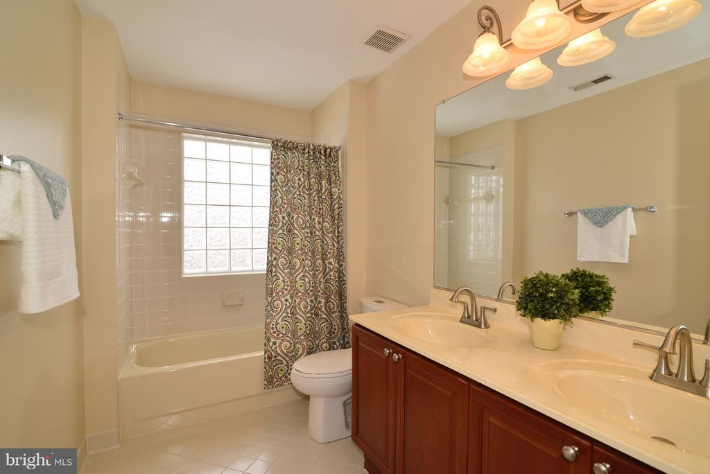 Upper level shared Guest Bath - Dual Vanities - 14405 VIRGINIA CHASE CT, CENTREVILLE