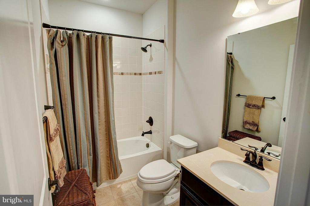 Full bath upper level - 22314 FOUNDATION DR, ASHBURN