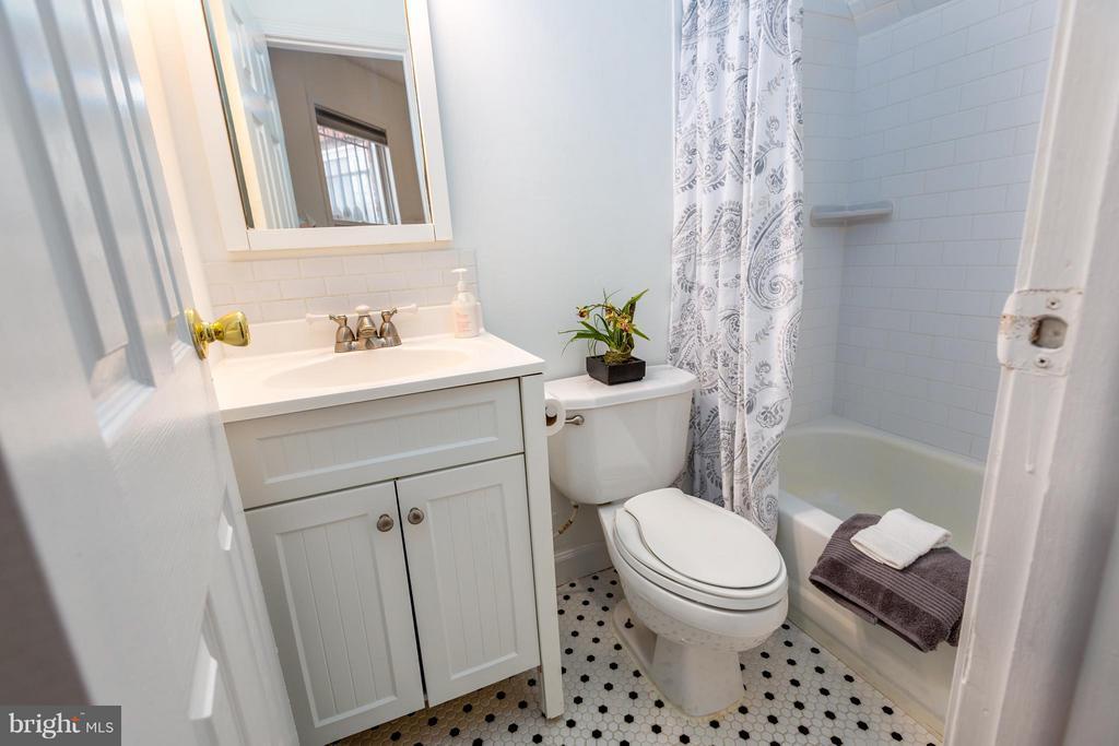 Main level full bath - 920 3RD ST NE, WASHINGTON
