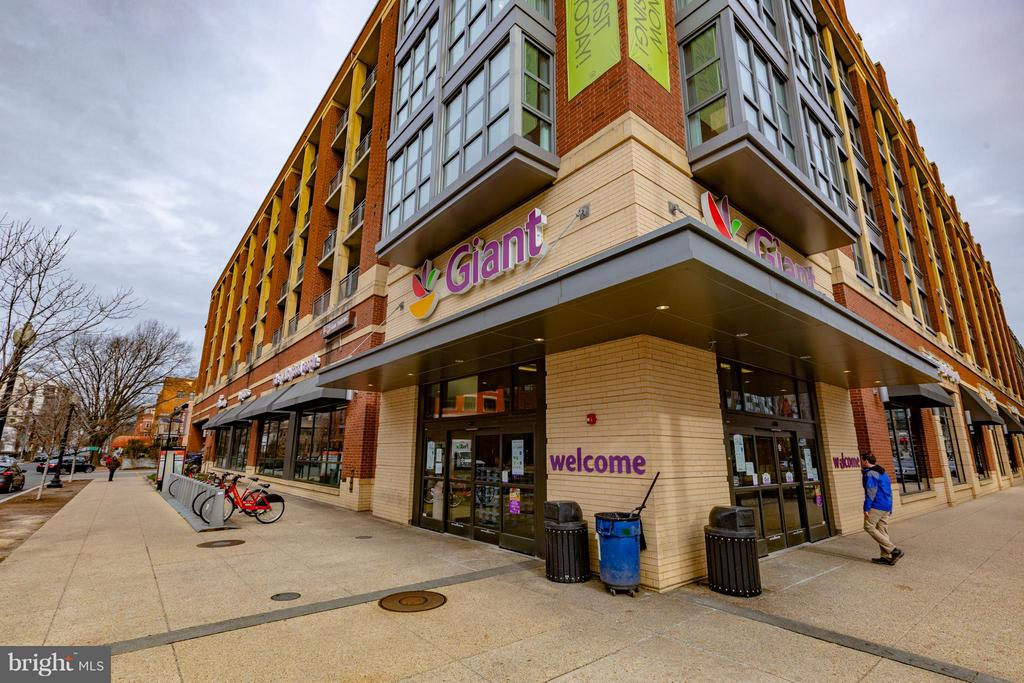 Two blocks from Giant Grocery - 920 3RD ST NE, WASHINGTON