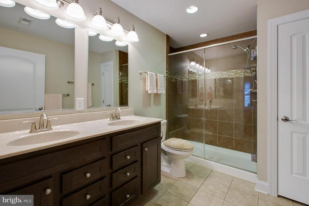 double vanity, tile floors & tile shower - 9727 COBBLE STONE CT, HAGERSTOWN