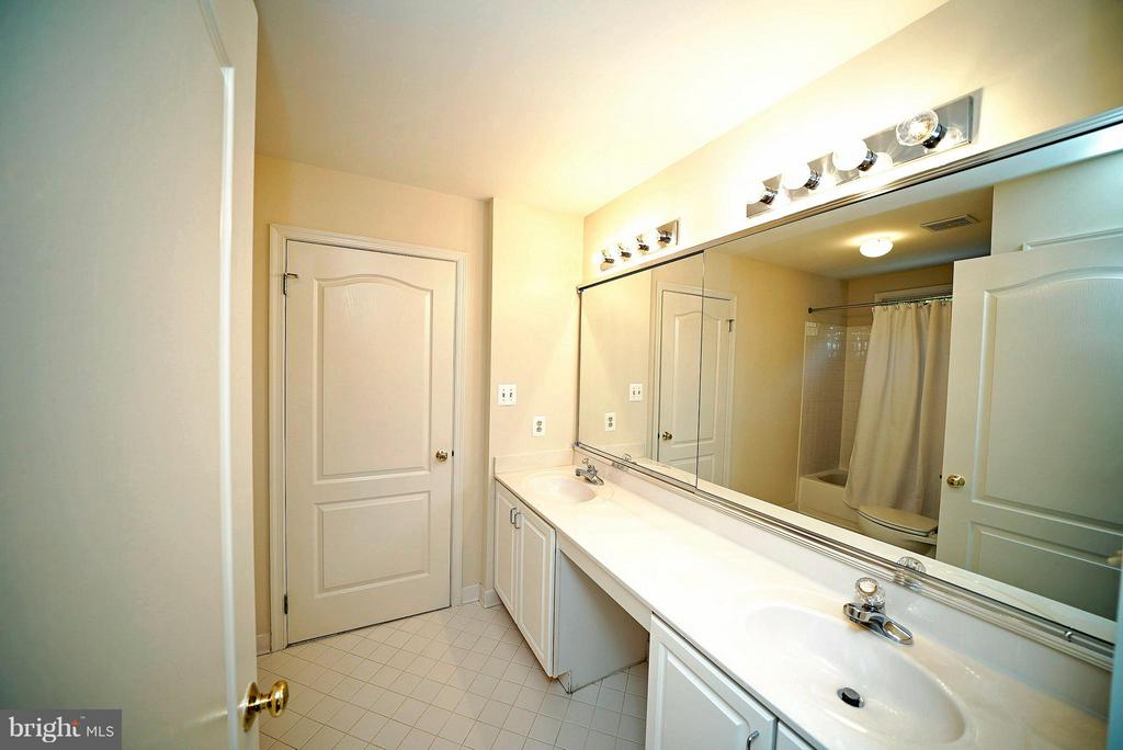 BEDROOMS 2 & 3 - SHARED FULL BATH - 21362 SPARROW PL, POTOMAC FALLS