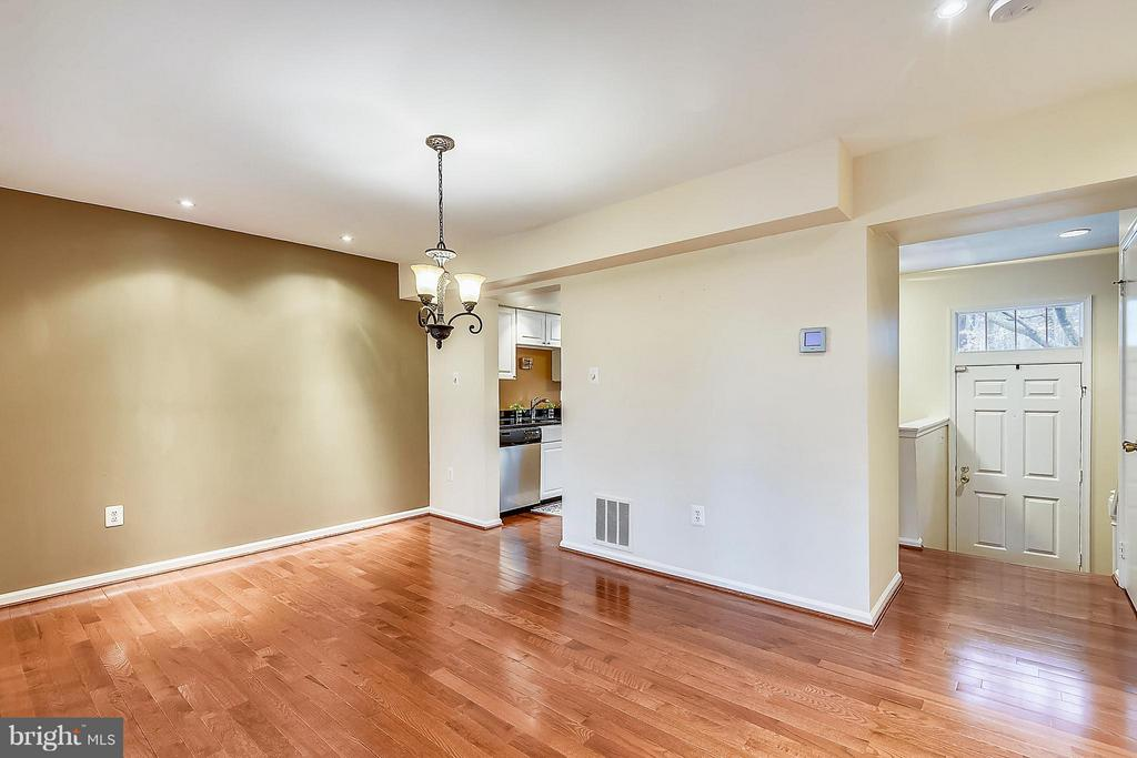 SPACIOUS DINING ROOM WITH HARDWOOD FLOORS - 10419 ENGLISHMAN DR #25, ROCKVILLE