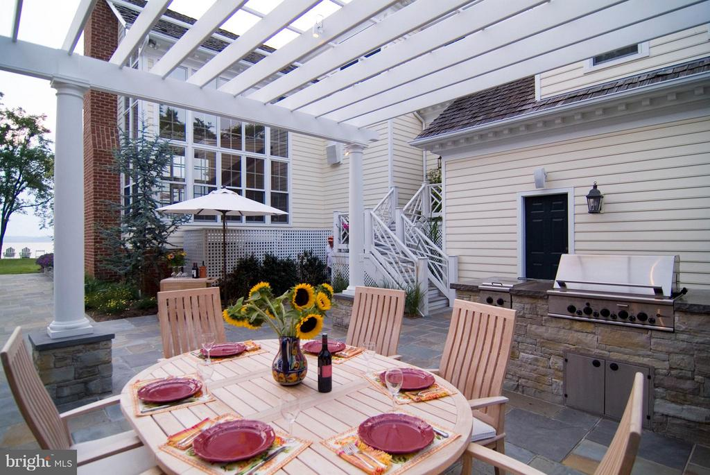 Outdoor kitchen w/ built in grill & refrigerator - 1208 SOUTHBREEZE LN, ANNAPOLIS