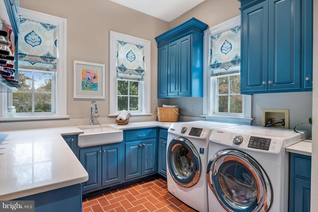 Terrific laundry room w/ front load W & D, sink - 1208 SOUTHBREEZE LN, ANNAPOLIS