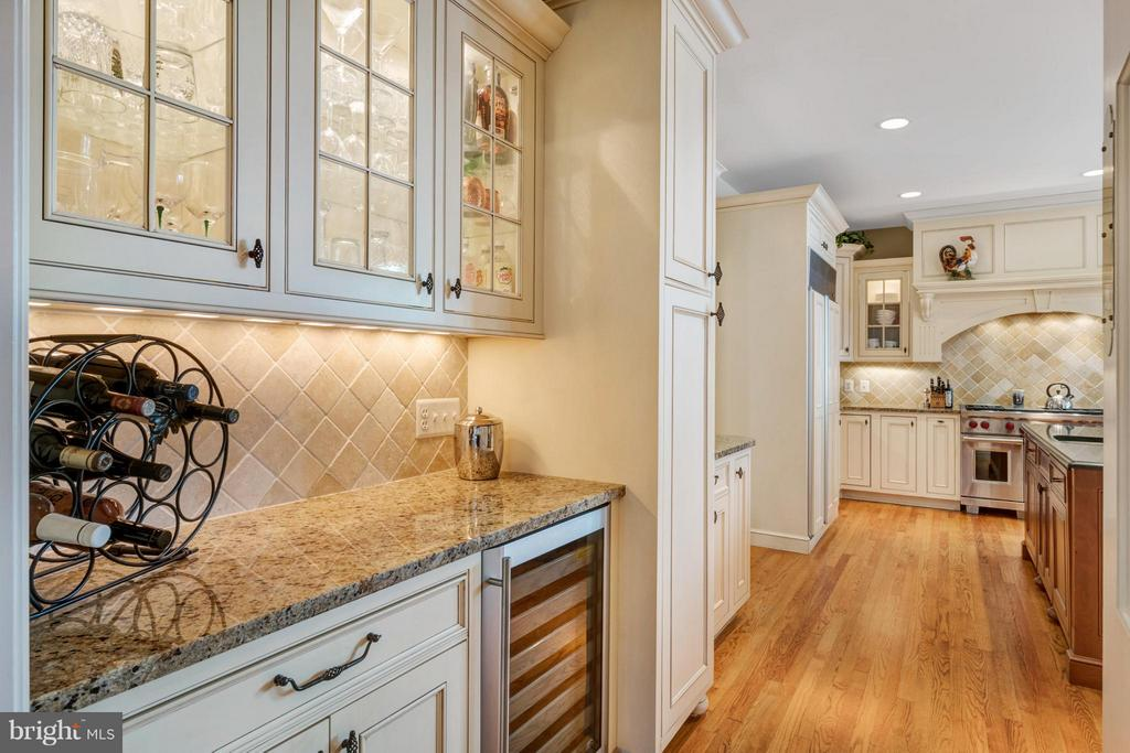 Butlers pantry w/ wine refrigerator - 1208 SOUTHBREEZE LN, ANNAPOLIS