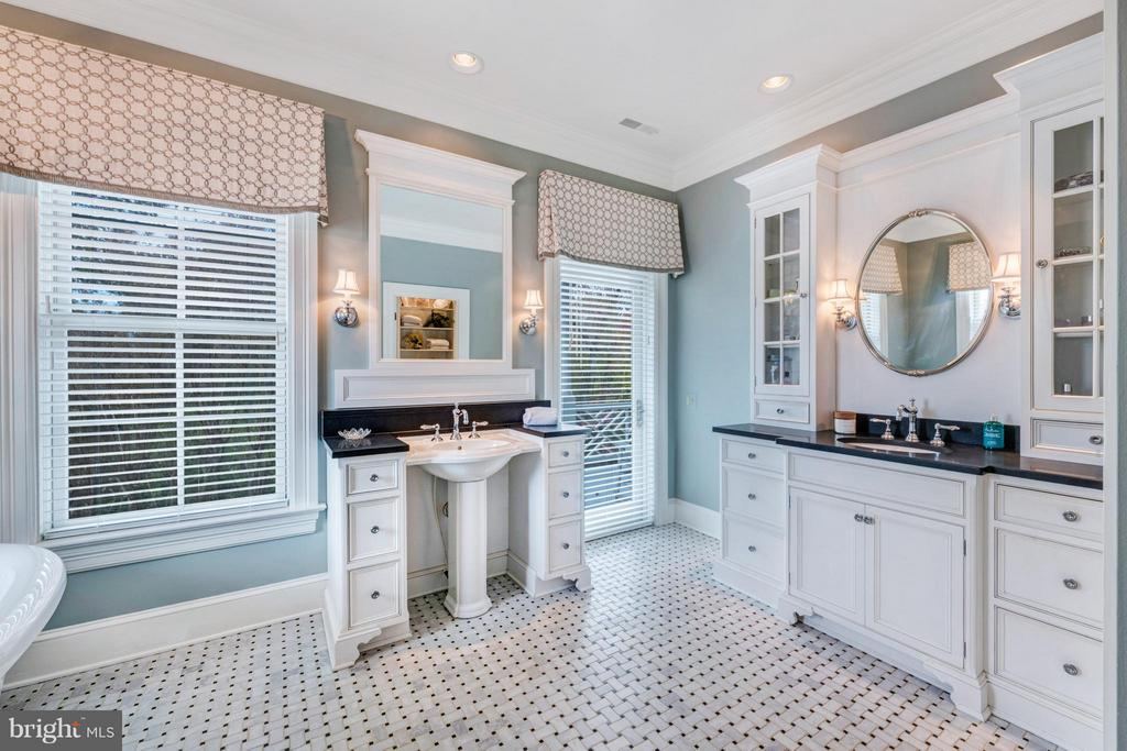 Exquisite owners bath with his/hers vanities - 1208 SOUTHBREEZE LN, ANNAPOLIS