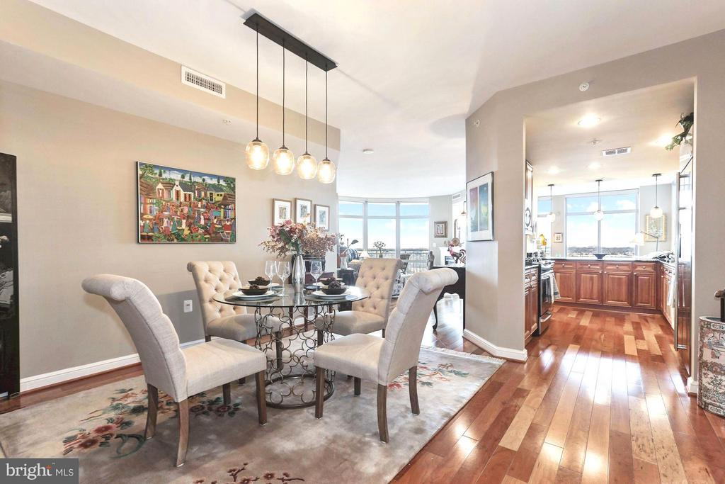 Spacious Dining makes entertaining a breeze - 11990 MARKET ST #913, RESTON