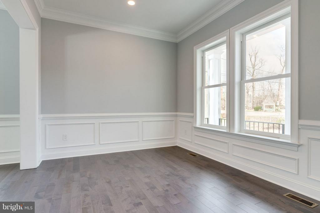3-piece deluxe CROWN MOLDING and two-tone paint. - 8733 POHICK RD, SPRINGFIELD