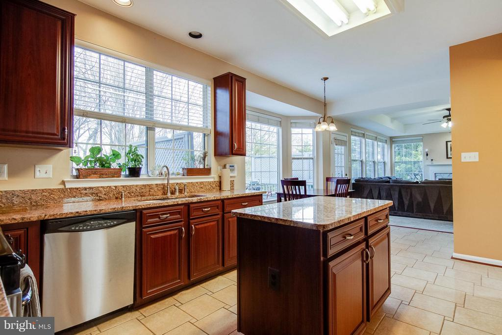 Gorgeous kitchen cabinets - 3704 THOMASSON CROSSING DR, TRIANGLE