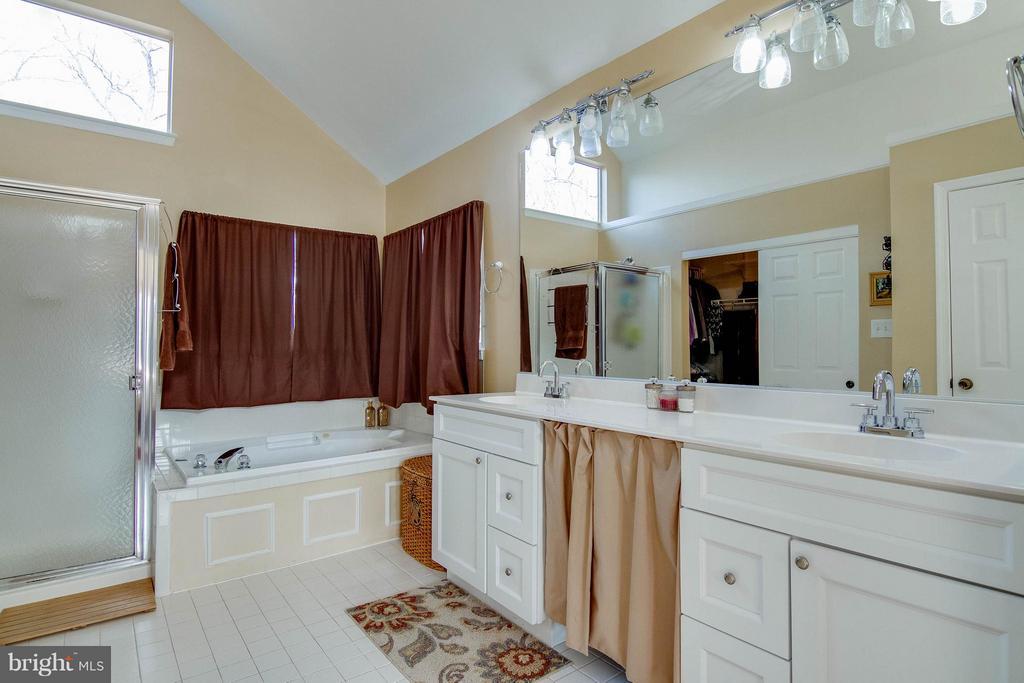 Soaking Tub, dual sinks - 3704 THOMASSON CROSSING DR, TRIANGLE