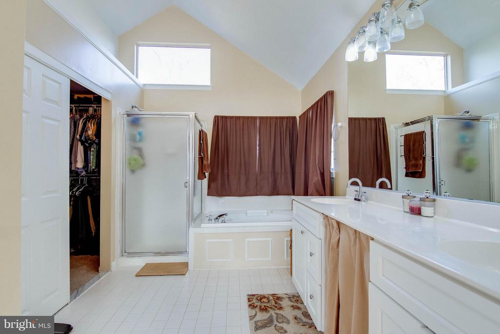 Private master bath leads to Walk-in closet - 3704 THOMASSON CROSSING DR, TRIANGLE