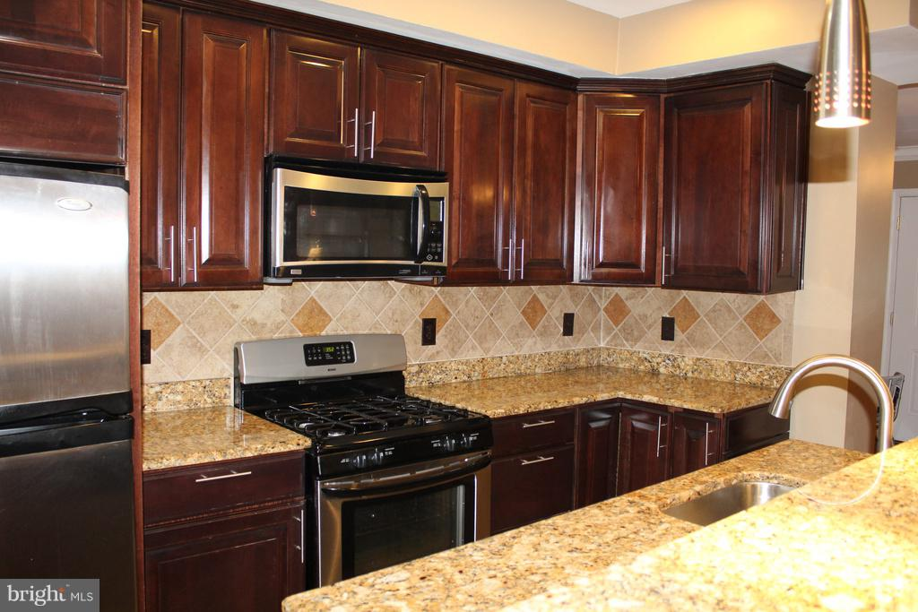 Beautiful & totally renovated kitchen! - 1724 BAY ST SE, WASHINGTON