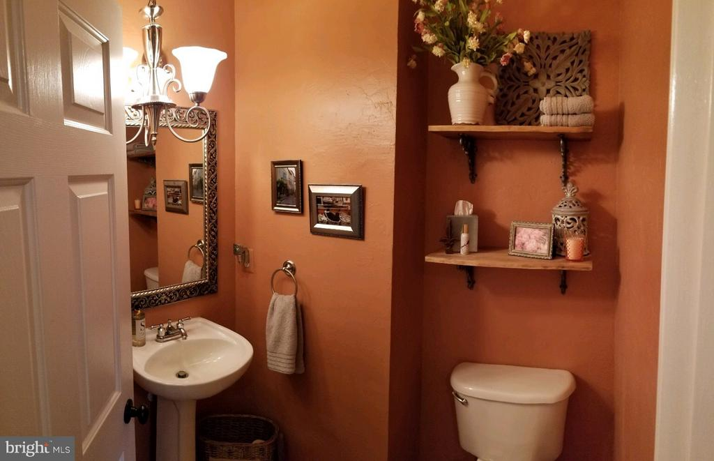 Main Level Powder Room - 5629 EPPES ISLAND PL, MANASSAS