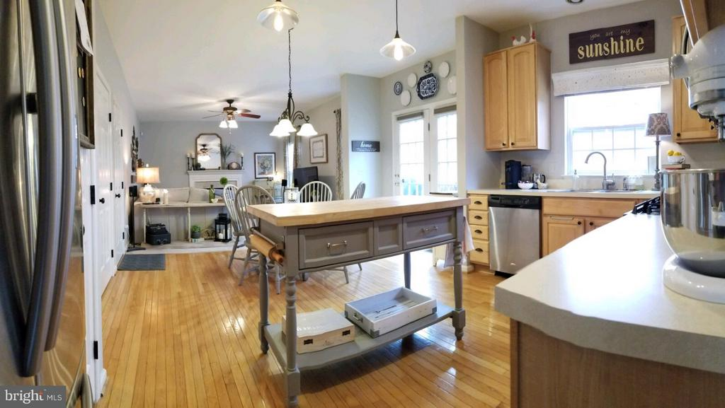 Open concept Kitchen and Family Room - 5629 EPPES ISLAND PL, MANASSAS