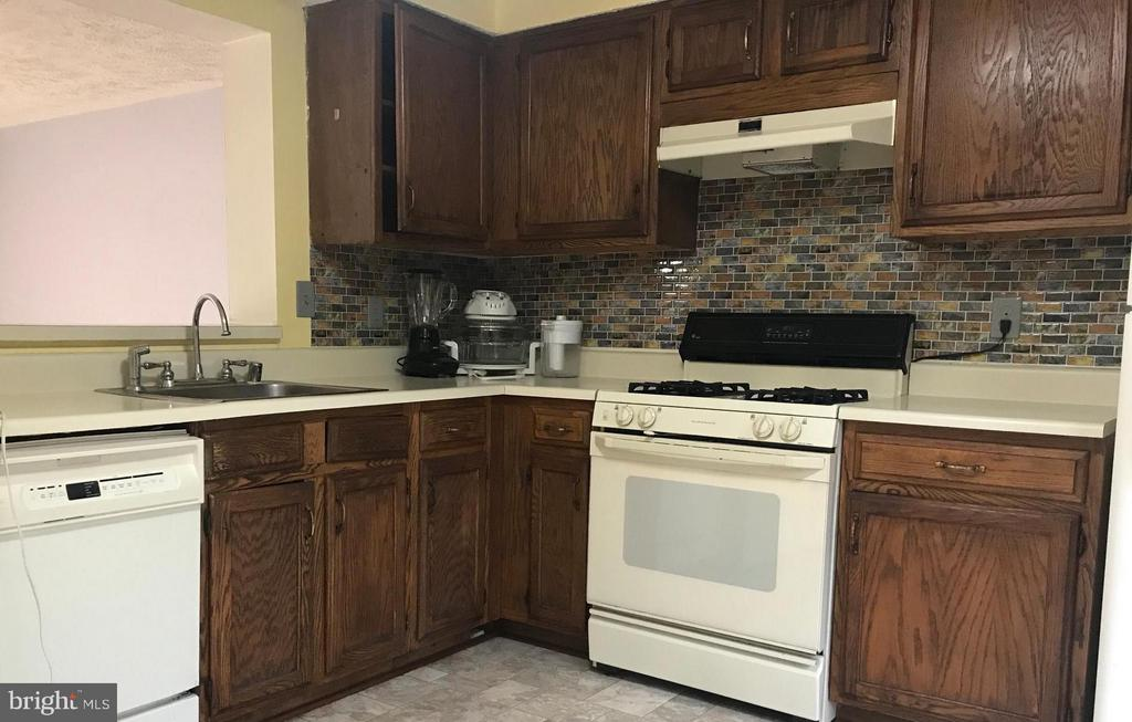 Kitchen with room for a table - 14621 CHEVERLY CT, CENTREVILLE