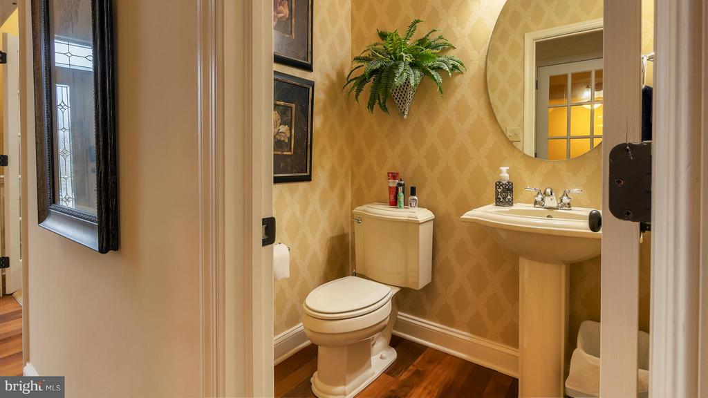Convenient, oversized powder room off foyer - 101 FEATHERDALE CIR, FAYETTEVILLE