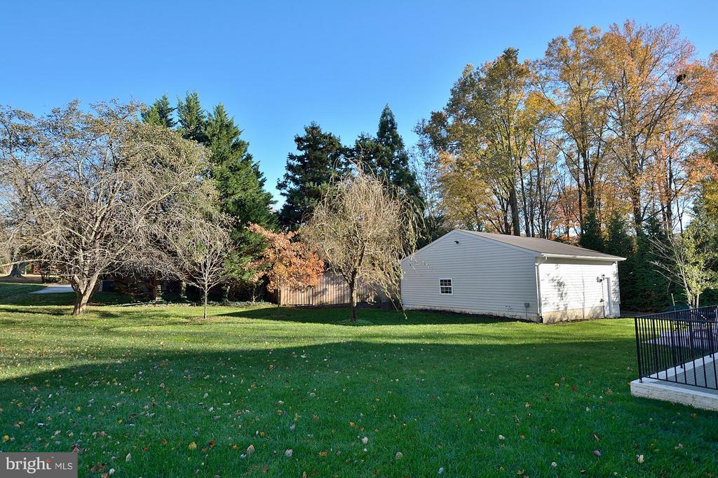 Professionally Landscaped Yard, Sprinkler System - 3145 BARBARA LN, FAIRFAX