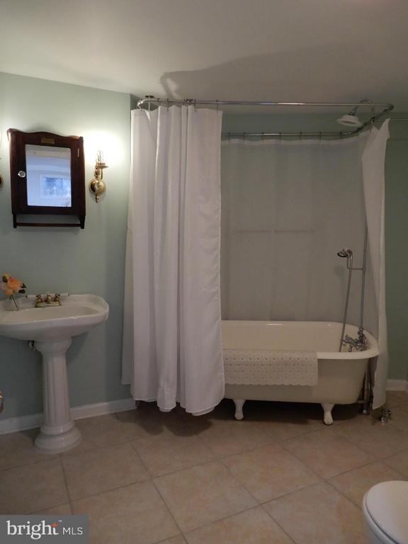 Yes, Cast Iron Claw Foot Tub - 43205 EDGARTOWN ST, CHANTILLY