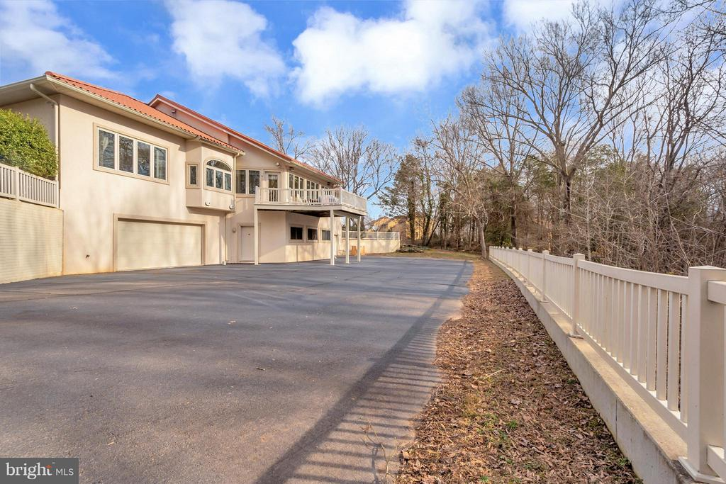Private drive to rear of home - 11227 N CLUB DR, FREDERICKSBURG