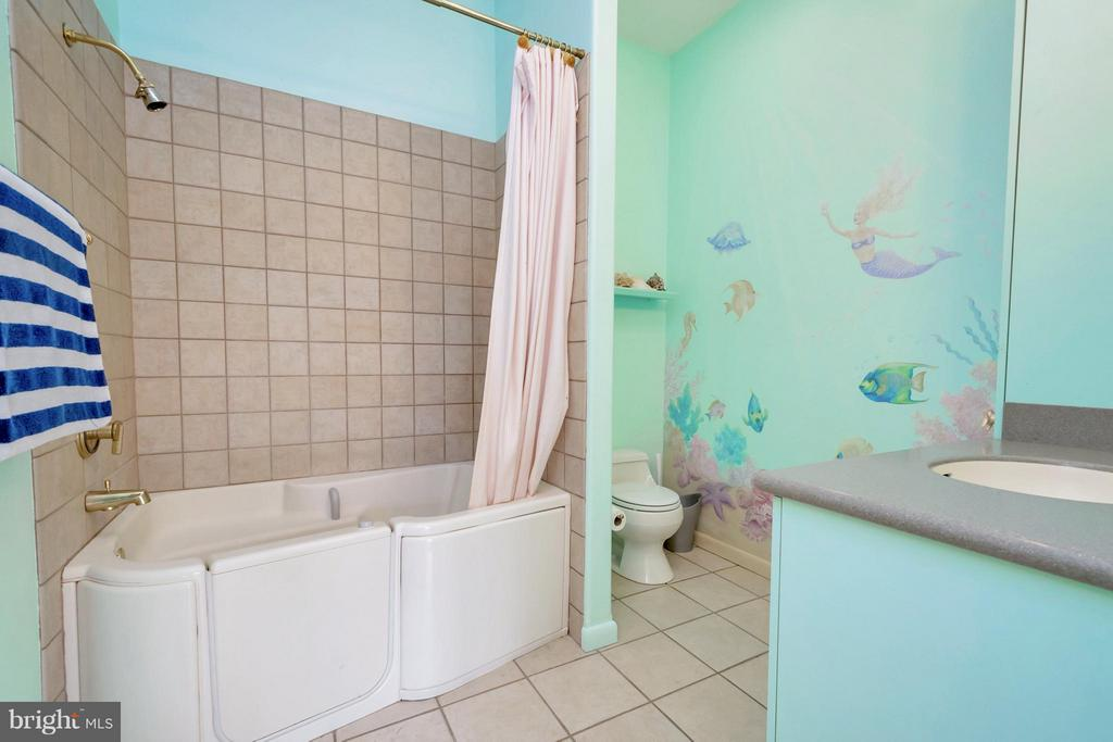 Bathroom off main level bedroom 1 - 11227 N CLUB DR, FREDERICKSBURG