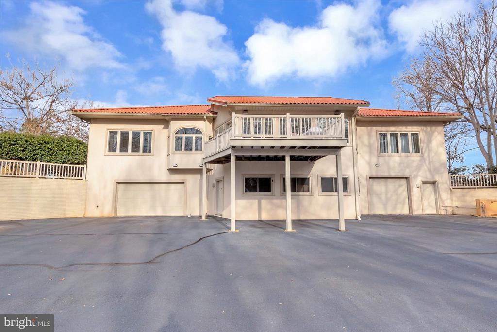 3 garage bays on back of home overlooking FCC golf - 11227 N CLUB DR, FREDERICKSBURG