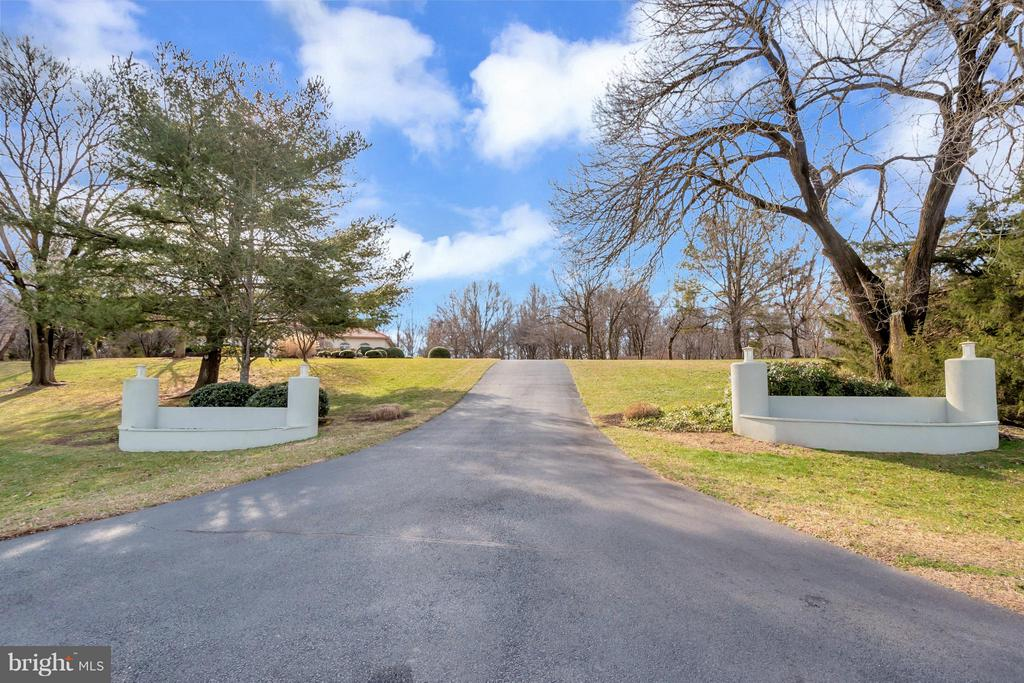Beautiful entrance to property - 11227 N CLUB DR, FREDERICKSBURG
