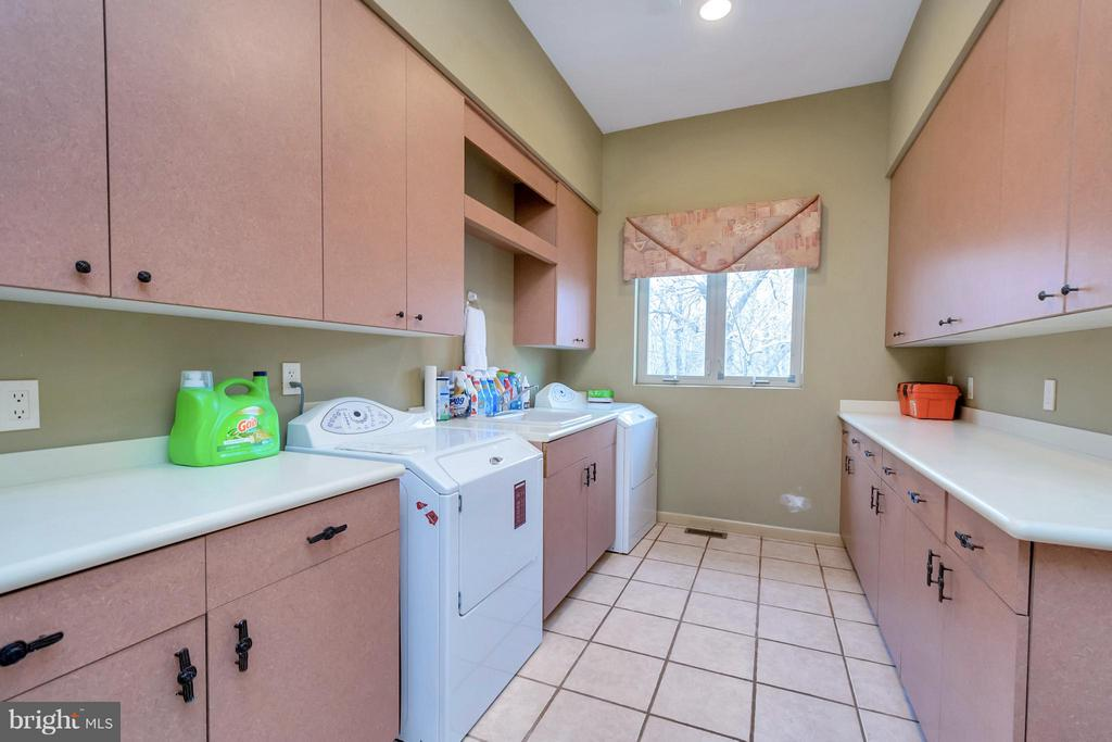 Expansive laundry room - 11227 N CLUB DR, FREDERICKSBURG