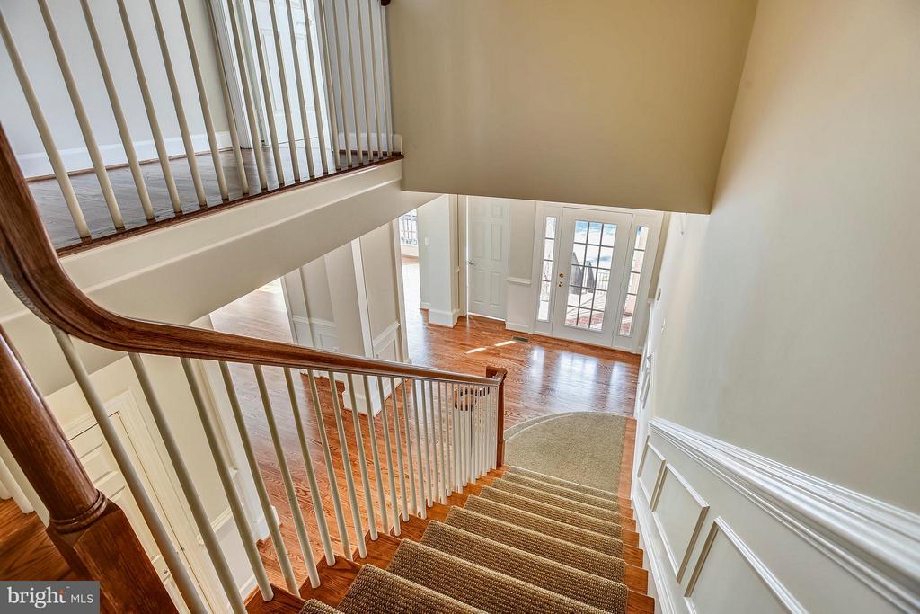 Hardwood staircase - 18263 MULLFIELD VILLAGE TER, LEESBURG