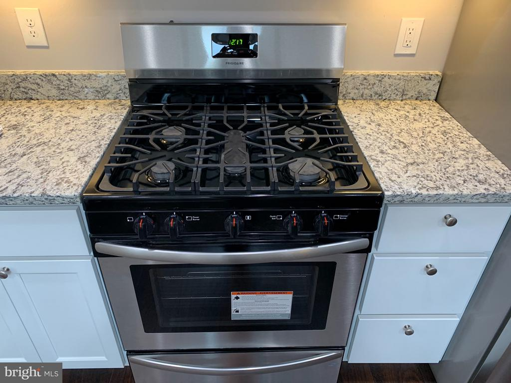 5 burner Stove - 7105 FRESNO ST, CAPITOL HEIGHTS