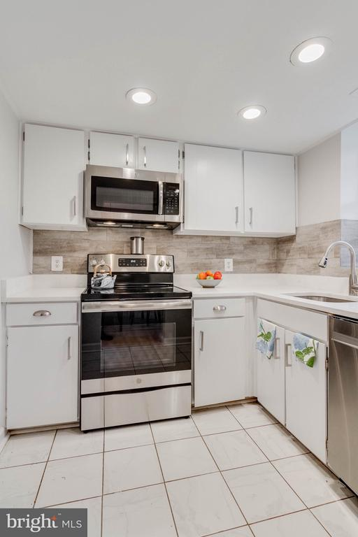 Wonderfully lit with recessed lighting. - 3048 S BUCHANAN ST #B2, ARLINGTON