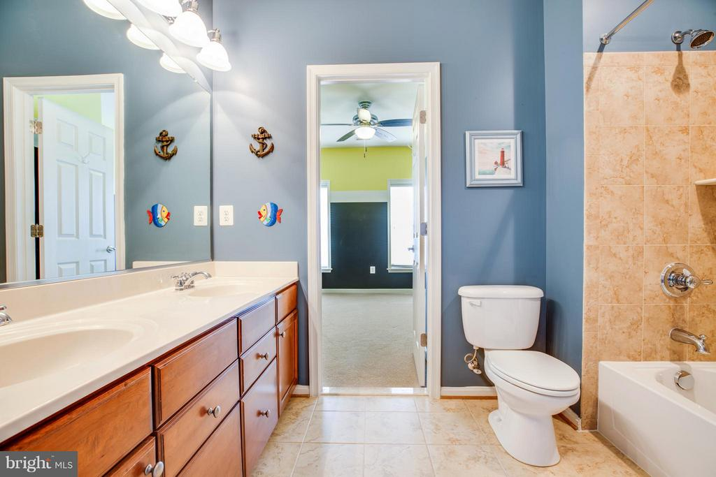 Upstairs Full Bathroom 1 - 1019 E KENSINGTON CIR, FREDERICKSBURG