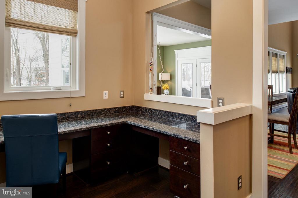 Study niche conveniently located off of kitchen. - 41139 WHITE CEDAR CT, ALDIE