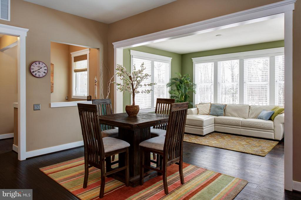 Breakfast area and morning room, overlooking back. - 41139 WHITE CEDAR CT, ALDIE