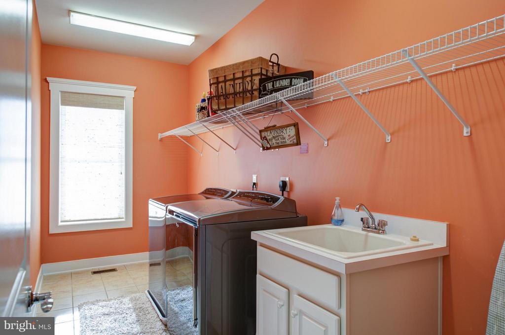 Upper level laundry suite. - 41139 WHITE CEDAR CT, ALDIE