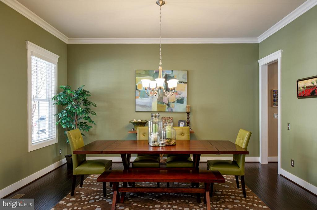 Dinign room with hardwood floors. - 41139 WHITE CEDAR CT, ALDIE