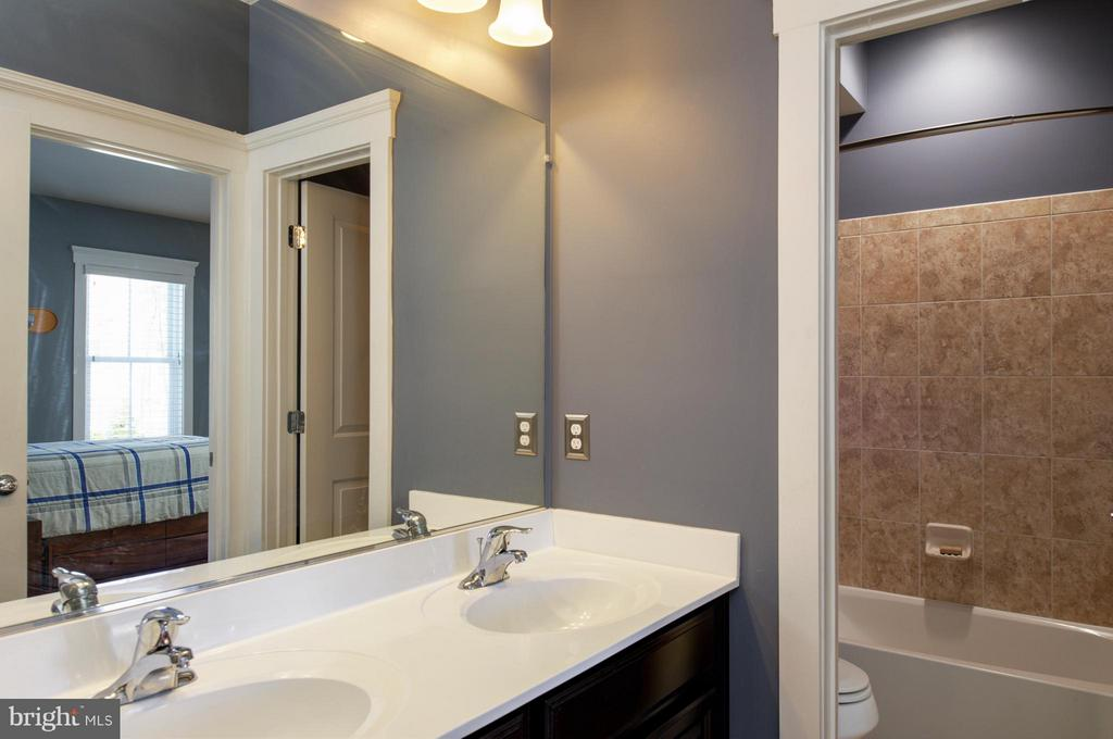 Bedroom 3/4 connected full bath. - 41139 WHITE CEDAR CT, ALDIE