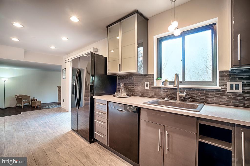 Kitchen opens to Family Room - 1425 GREEN RUN LN, RESTON