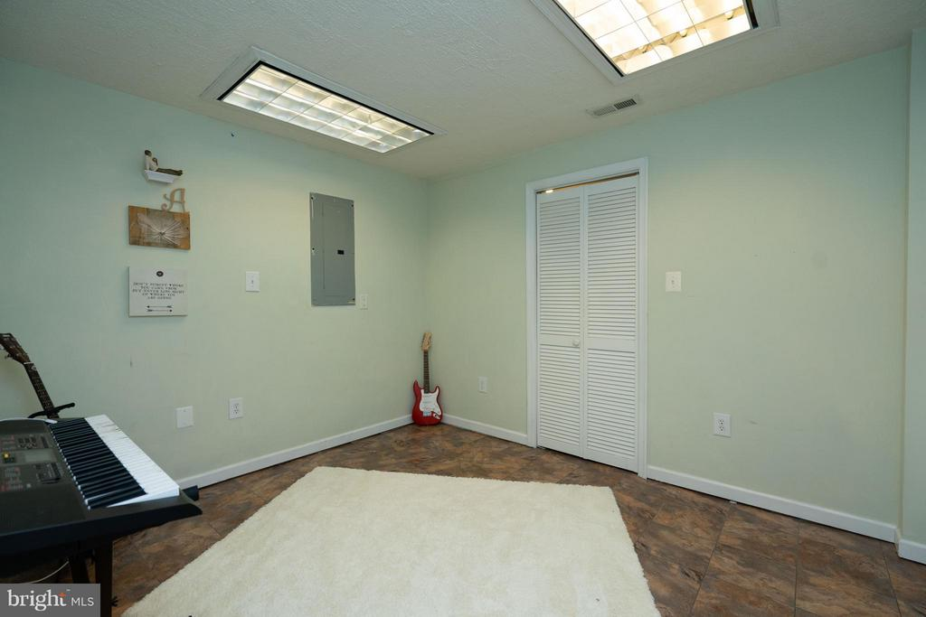 Potential Gym, Game Rooor Theater room in Basement - 5602 ASSATEAGUE PL, MANASSAS