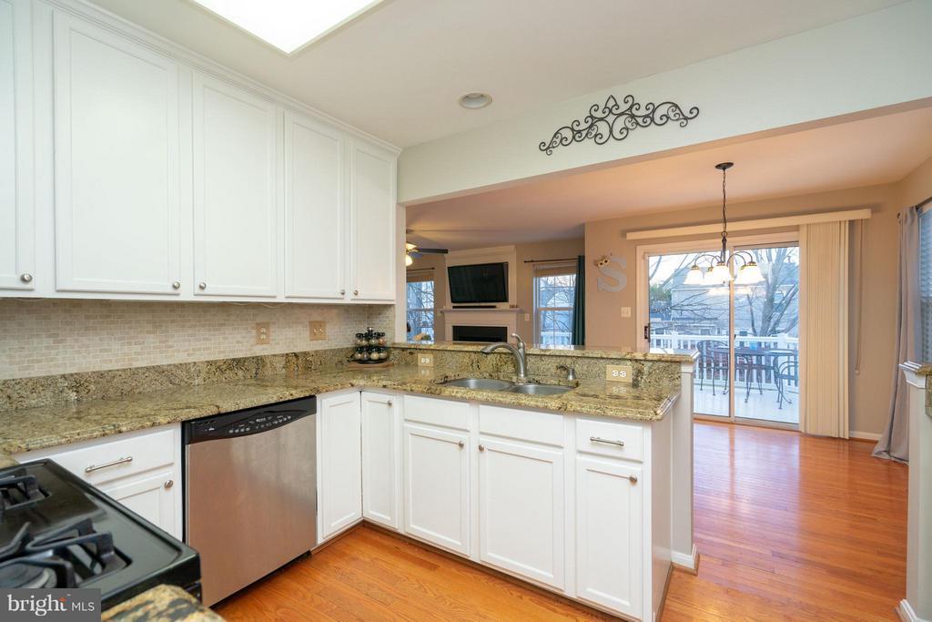 Roomy Kitchen w/Easy Access to Family Room & Deck - 5602 ASSATEAGUE PL, MANASSAS
