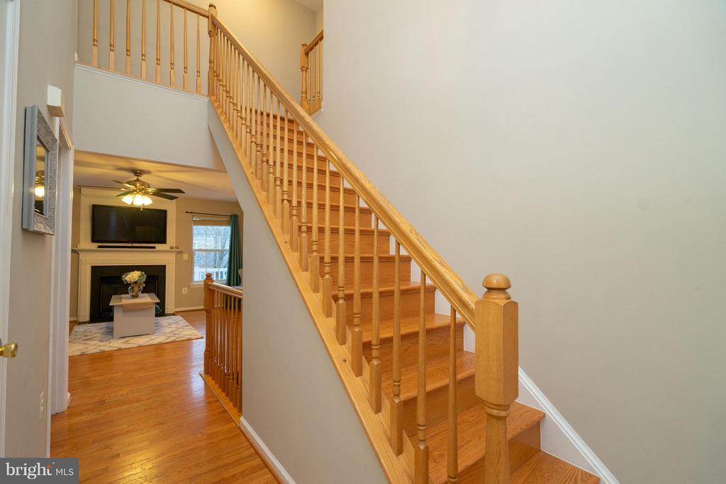 2 story foyer.  Hardwoods thoughout main floor. - 5602 ASSATEAGUE PL, MANASSAS
